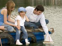 Familia en el embarcadero Imagen de archivo libre de regalías