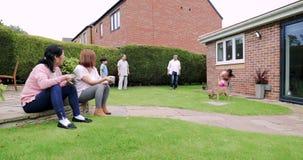 Familia en el jardín en verano almacen de video