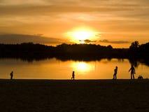 Familia en el lago Foto de archivo libre de regalías