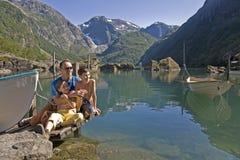 Familia en el lago, en montañas Foto de archivo libre de regalías