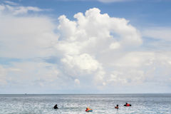 Familia en el mar con las nubes grandes Fotos de archivo