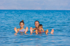 Familia en el mar muerto, Israel Fotografía de archivo libre de regalías