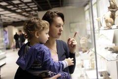 Familia en el museo histórico Foto de archivo