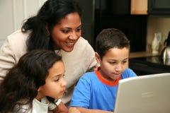 Familia en el ordenador Foto de archivo