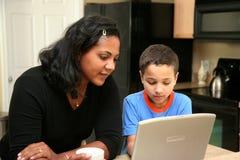 Familia en el ordenador Imágenes de archivo libres de regalías