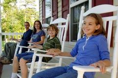 Familia en el pórche de entrada Foto de archivo libre de regalías