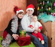 Familia en el país con el árbol de navidad Foto de archivo libre de regalías