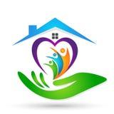 Familia en el parenting verde del amor de la unión del corazón del hogar del logotipo de la familia de los niños felices del padr libre illustration