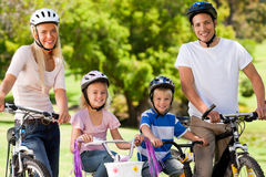 Familia en el parque con sus bicis Foto de archivo