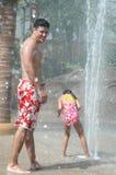 Familia en el parque del agua Fotografía de archivo libre de regalías