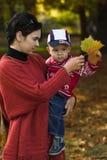 Familia en el parque del otoño Imagen de archivo