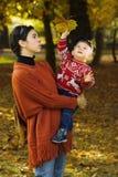 Familia en el parque del otoño Fotografía de archivo libre de regalías