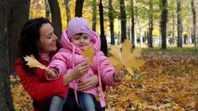 Familia en el parque del otoño almacen de metraje de vídeo