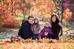 Familia en el parque del otoño Foto de archivo libre de regalías