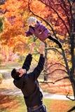 Familia en el parque del otoño Fotos de archivo libres de regalías