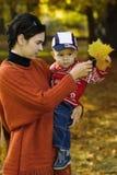 Familia en el parque del otoño Fotografía de archivo