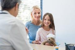 Familia en el pediatra imagen de archivo libre de regalías