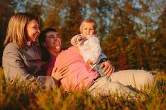 Familia en el prado fotografía de archivo libre de regalías
