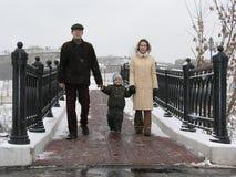 Familia en el puente del invierno Imagen de archivo