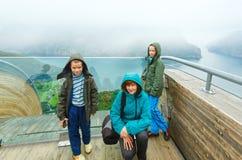 Familia en el punto de vista de Stegastein (Aurland, Noruega) Imagenes de archivo