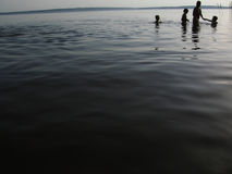 Familia en el río Imagen de archivo