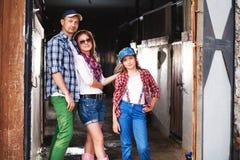 Familia en el rancho, granja Imágenes de archivo libres de regalías