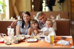 Familia en el restaurante Imágenes de archivo libres de regalías
