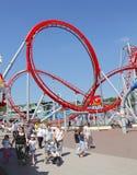 Familia en el roller coaster del funfair imagen de archivo libre de regalías