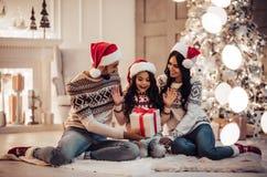 Familia en el ` s Eve del Año Nuevo Fotos de archivo libres de regalías