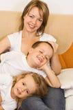 Familia en el sofá Imágenes de archivo libres de regalías