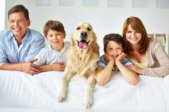 Familia en el sofá imagenes de archivo