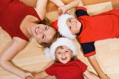 Familia en el suelo en la Navidad Foto de archivo libre de regalías