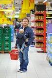 Familia en el supermercado Imagen de archivo libre de regalías