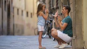 Familia en Europa El padre feliz y la pequeña muchacha adorable en Roma durante italiano del verano vacation almacen de video