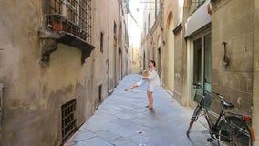 Familia en Europa Madre feliz y pequeña muchacha adorable que se divierten en Roma durante vacaciones del italiano del verano almacen de video