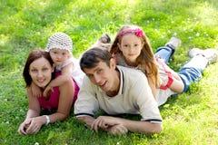 Familia en hierba Imagen de archivo libre de regalías