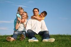 Familia en hierba fotografía de archivo libre de regalías