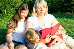 Familia en hierba Fotografía de archivo