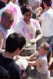 Familia en IV el festival de los colores Holi Barcelona imágenes de archivo libres de regalías