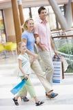 Familia en la alameda de compras Imágenes de archivo libres de regalías