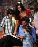 Familia en la biblioteca Imágenes de archivo libres de regalías