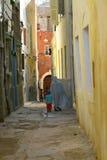 Familia en la calle del Medina marroquí foto de archivo