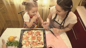 Familia en la cocina que prepara la pizza metrajes