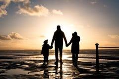 Familia en la costa Fotografía de archivo libre de regalías