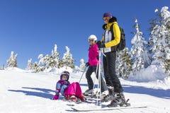 Familia en la cuesta del esquí Foto de archivo libre de regalías