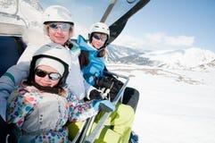Familia en la elevación de esquí Imagen de archivo libre de regalías