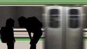 Familia en la estación de metro con el tren móvil metrajes