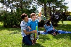 Familia en la excursión del parque Foto de archivo