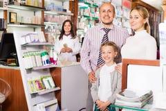 Familia en la farmacia foto de archivo libre de regalías