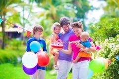 Familia en la fiesta de cumpleaños Imagenes de archivo